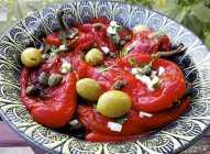 Salata od paprika, belog luka, maslina i kapara