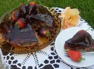 Mramorni kolač sa čokoladom i jagodama