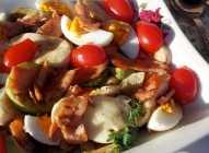 Salata sa dimljenim lososom, povrćem i mocarelom