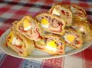 Rolovana pita s pečenim paprikama i barenim jajima