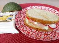 Sendviči sa avokadom i pršutom i cheddar sirom