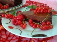 Čokoladni tart sa ribizlama